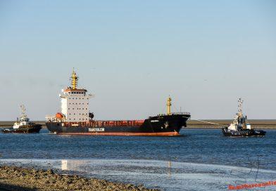 Arianna met twee sleepboten de Eemshaven in