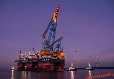 Kraanschip Saipem 7000 laat skyline Eemshaven veranderen