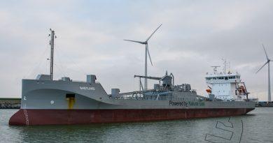 Cement carrier Shetland meert af in de Beatrixhaven