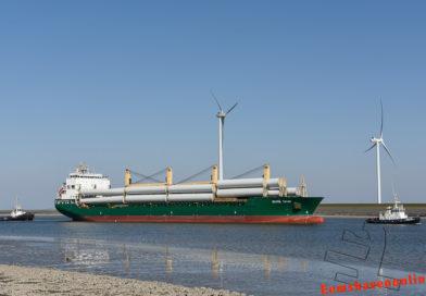 Chipol Taian met twee sleepboten de Eemshaven in