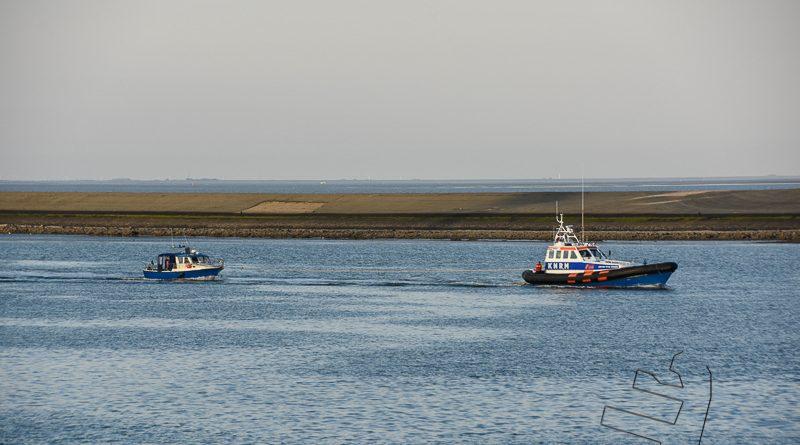 KNRM sleept jachtje naar de Eemshaven