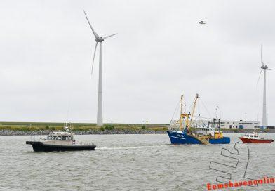 Viskotter met net in schroef wordt haven binnengesleept