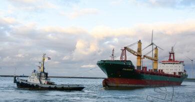Fulmar S verlaat Eemshaven met behulp van twee sleepboten