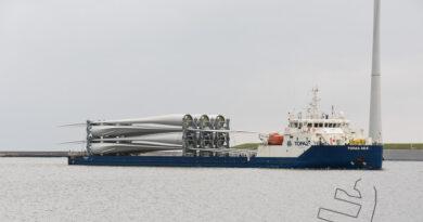 Deklading schip Topaz Zeya met lading windturbine bladen